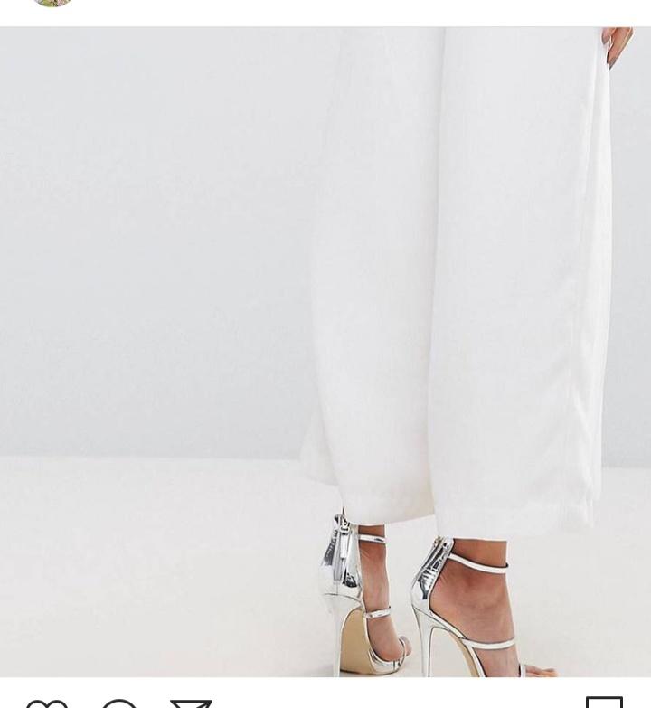 صورة بنطلون واسع من اللون الأبيض