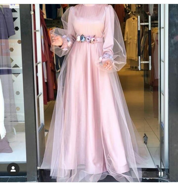 للمحجبات فستان سهرة ناعم من اللون الزهري