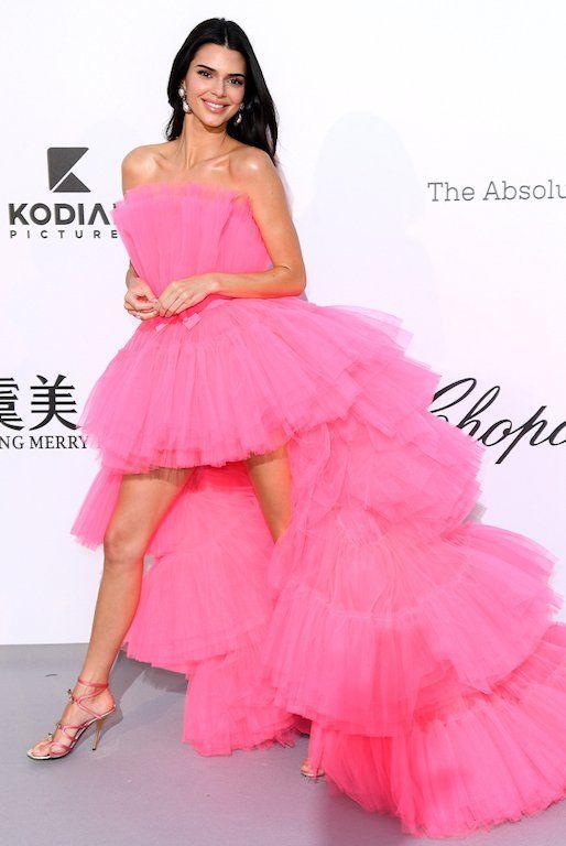 إطلالة جذابة لفساتين الكشكش القصيرة من الأمام والطويلة من الخلف