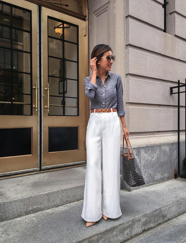 البنطلون الأبيض مع قميص مقلم