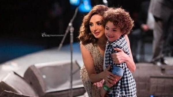 الطفل ياسين مع أخت والدته المطربة أنغام