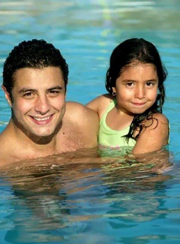 الفنان احمد الفيشاوي مع ابنته لينا وهي بعمر صغير