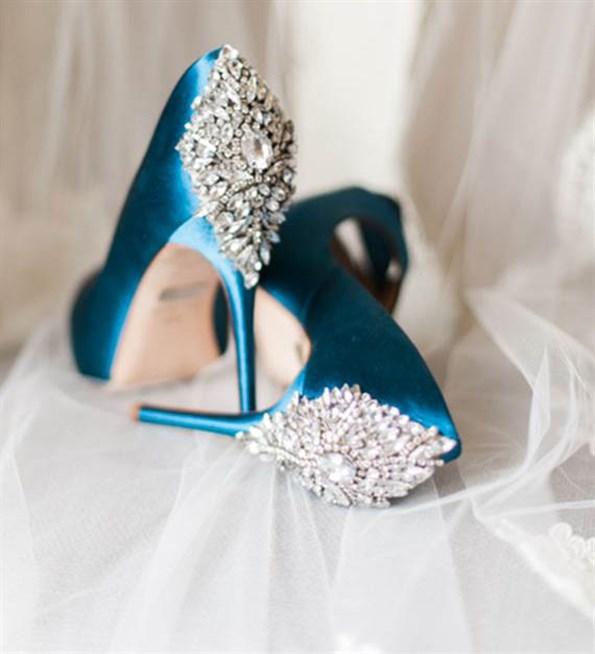 اللون الازرق المميز لحذاء العروس