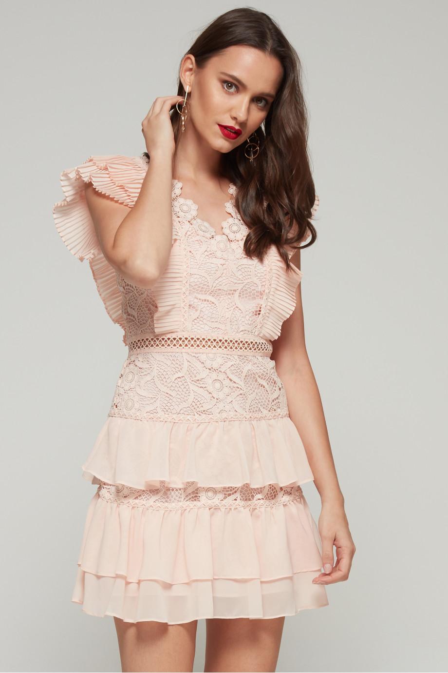 تصميم أنيق للغاية لفستان من الدانتيل