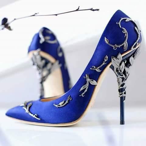تصميم راقي ومميز لحذاء عروس باللون الازرق