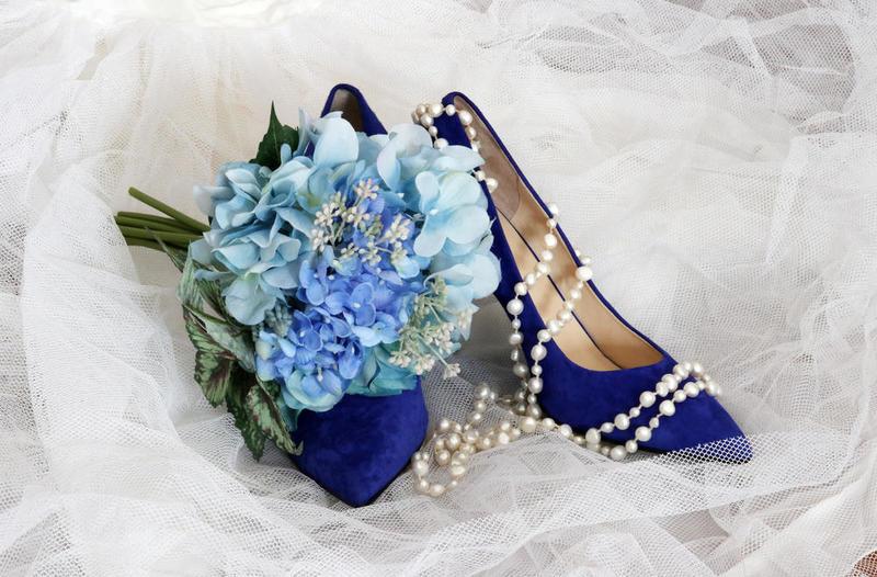 تصميم رقيق لحذاء عروس باللون الازرق