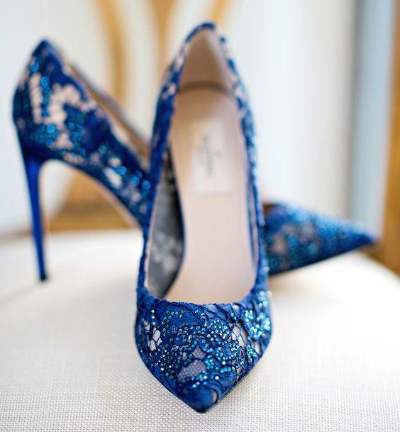 تصميم ملكي لحذاء عروس أزرق