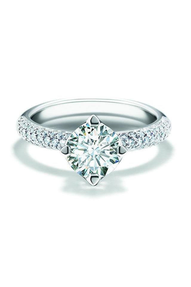 دبلة من الماس ذات تصميم مميز