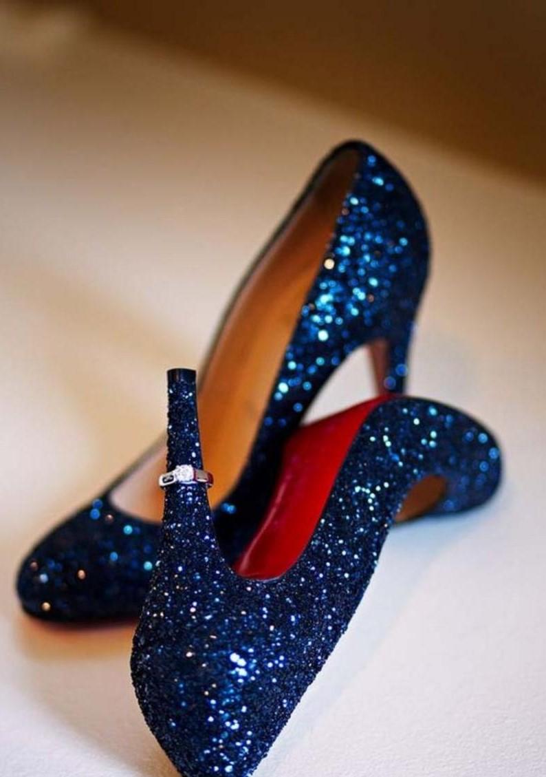 طابع مميز لحذاء عروس باللون الازرق الساحر