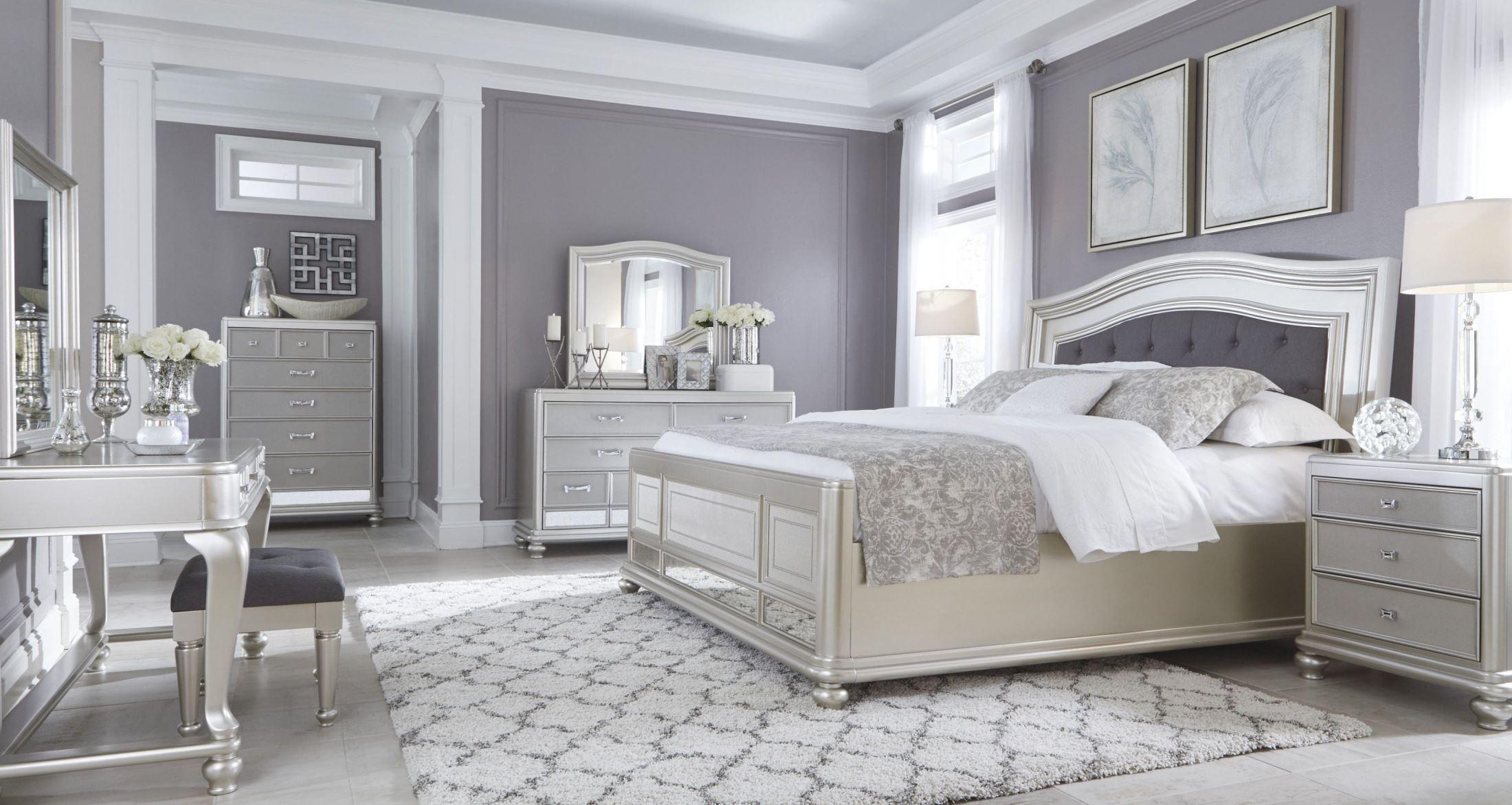 غرفة نوم ذات طابع مودرن باللون الفضي المميز