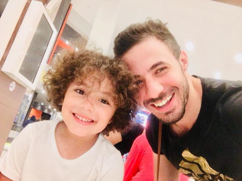 ياسين ابن الراحلة غنوه مع والده إيهاب عبدالباقي الموزع الموسيقي