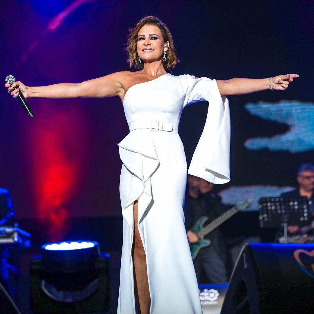 كارول سماحة في مهرجان موازين الدولي بفستان من اللون الأبيض