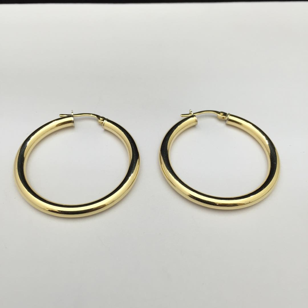 حلق ذهبي على شكل دائرة مغقلة