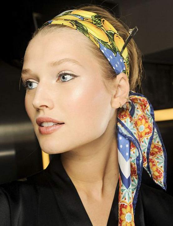 تسريحة الشعر مع الإكسسوارات لحل مشكلة الشعر الخفيف