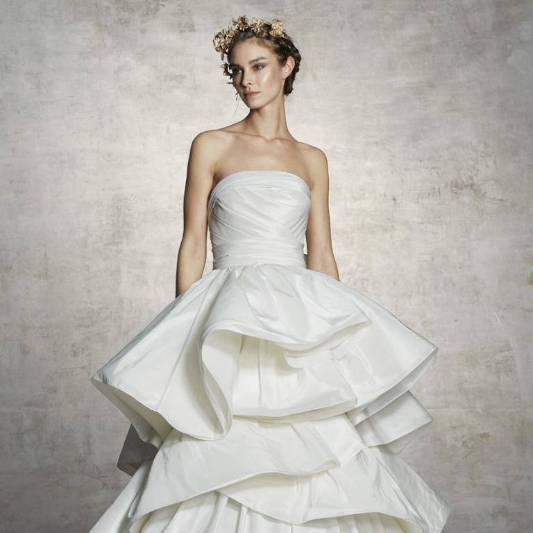 فستان زفاف منفوشة باللون الأبيض