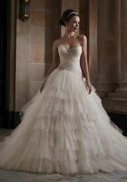 تصميم فستان زفاف منفوش باللون الأبيض