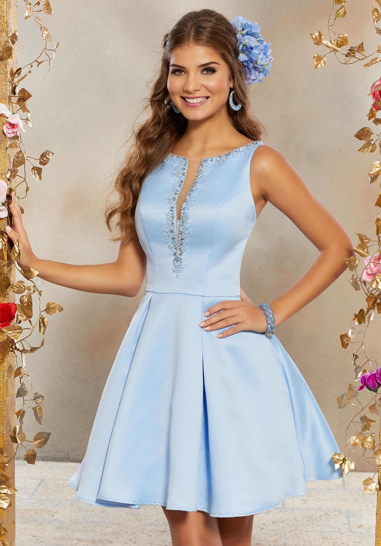 تصميم فستان ستان قصير منفوش باللون الأزرق السماوي