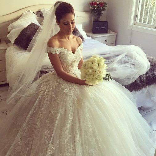 صورة فستان زفاف منفوشة باللون الأبيض