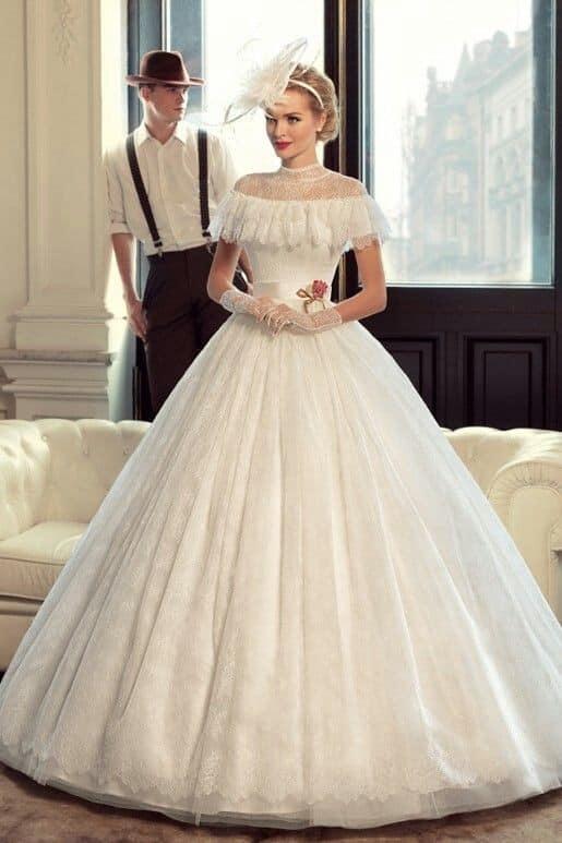 صورة فستان زفاف منفوش باللون الأبيض