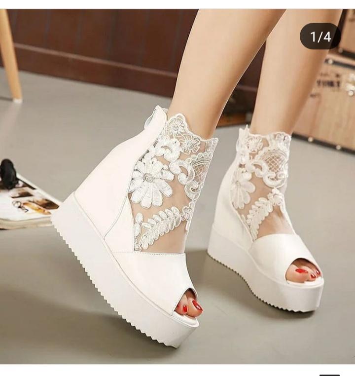 أشكال أحذية زفاف كعب عالي رياضية للعروس باللون الأبيض