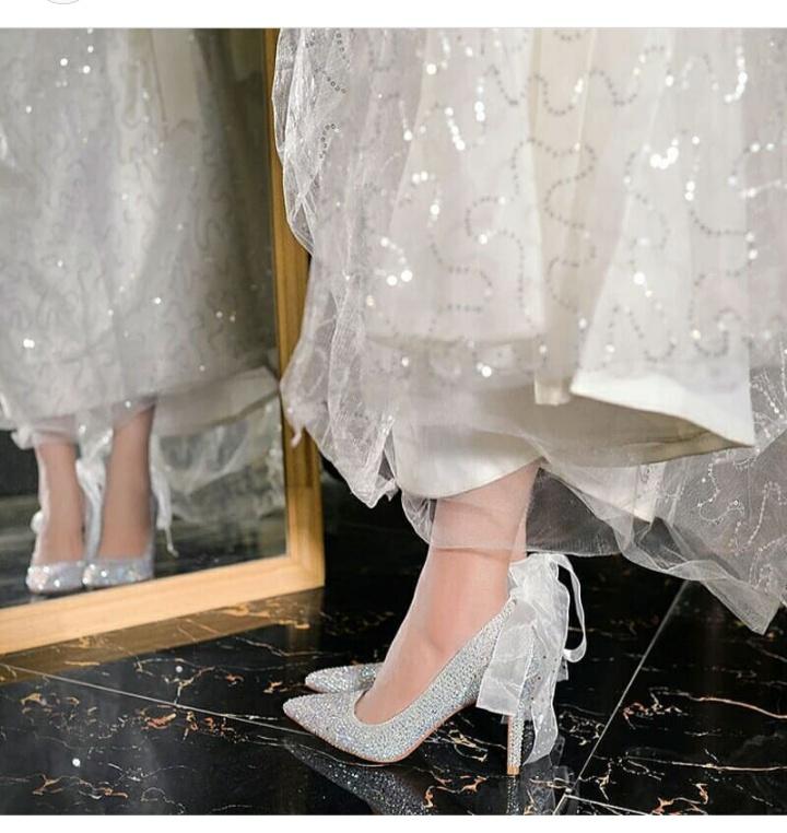 أشكال أحذية زفاف كعب عالي للعروس باللون الأبيض