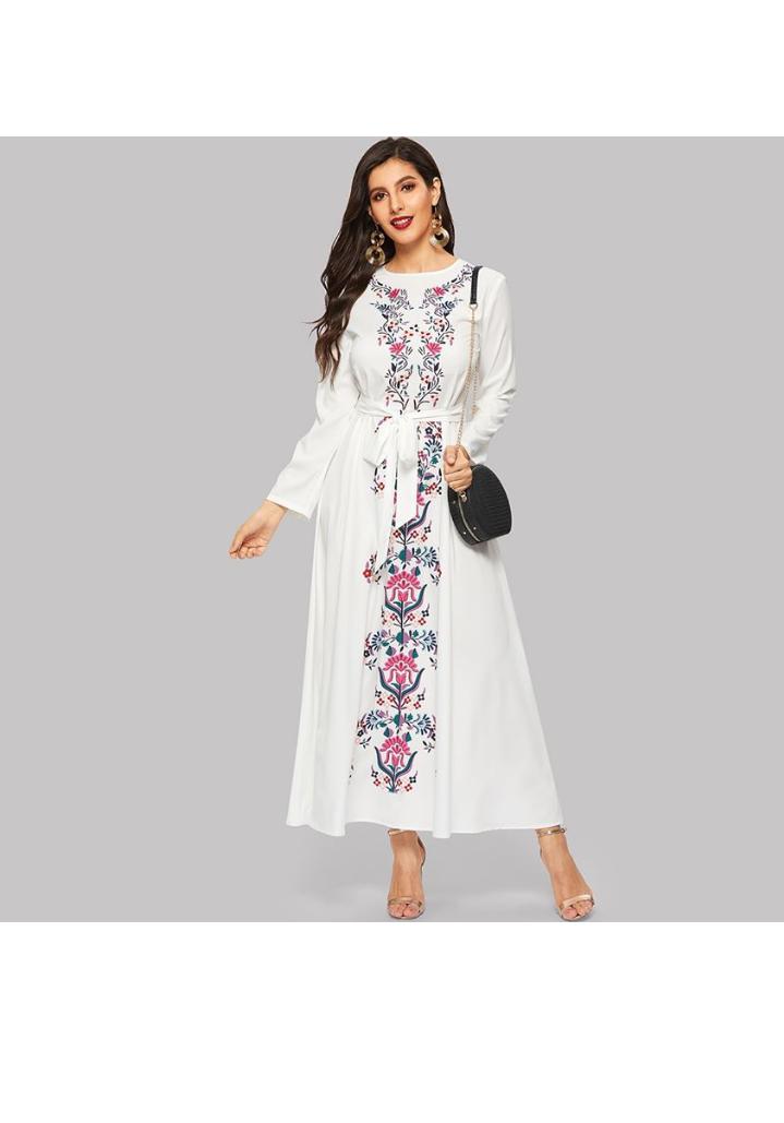 تصميم فستان صيفي مورد طويل باللون الأبيض