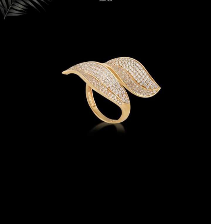 أشكال خاتم ذهبي كبير بفصوص ملونة