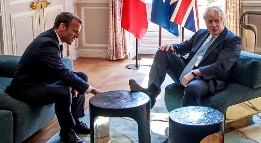 تصرف غريب من رئيس الوزراء البريطاني أثناء مقابلة رئيس فرنسا