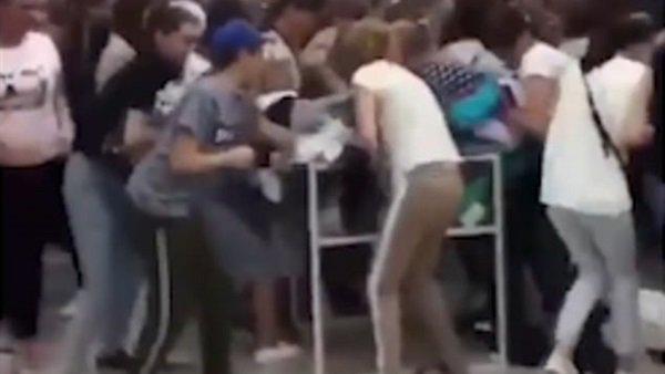 فيديو... مئات السيدات يحولن متجر ملابس إلي ساحة قتال
