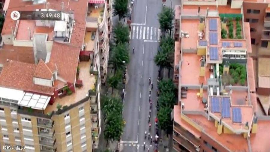 مصور يكشف جريمة بأحد المباني وهو يصور سباق دراجات