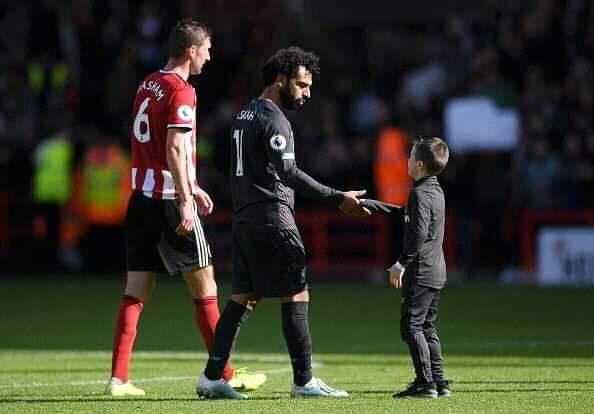 فيديو وصور... فرحة طفل من مشجعي ليفربول بعد حصوله على قميص محمد صلاح