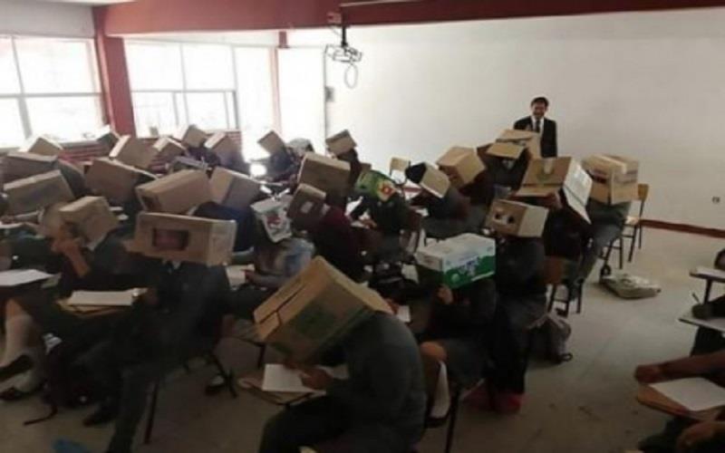 """صورة توضح معلم يقوم بتصرف """"مذل"""" لطلابه"""