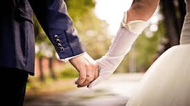 بدافع الغيرة زوجة الأب تحجب الأضواء عن ابنة زوجها أثناء حفل زفافها ...صور