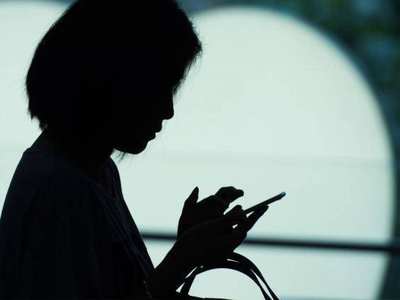 فتاة تنصدم بعد أن تلقت رسائل على هاتفها من والدها الميت !