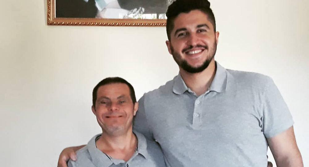 شاب يشكر والده المصاب بمتلازمة داون بعد أن أصبح طبيب أسنان