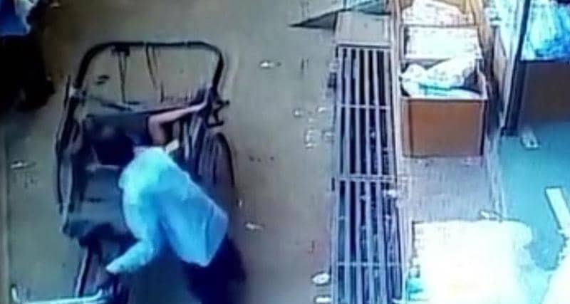 معجزة سماوية تنقذ طفلاً من الموت...فيديو