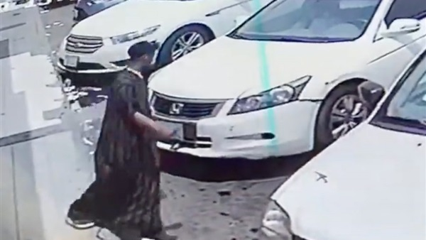 تصرف ذكي من طفل  سعودي أثناء محاولة سرقة سيارة وهو بداخلها ...فيديو