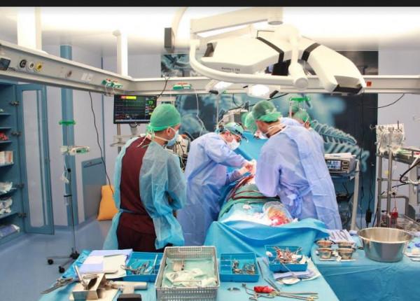 بث مباشر لاستئصال ورم من دماغ شابة ظلت مستيقظة أثناء الجراحة !