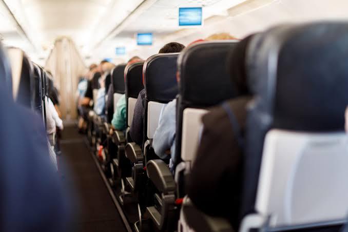 رجل يتقمص شخصية طيار حتى يحصل على امتيازات ومقاعد مريحة