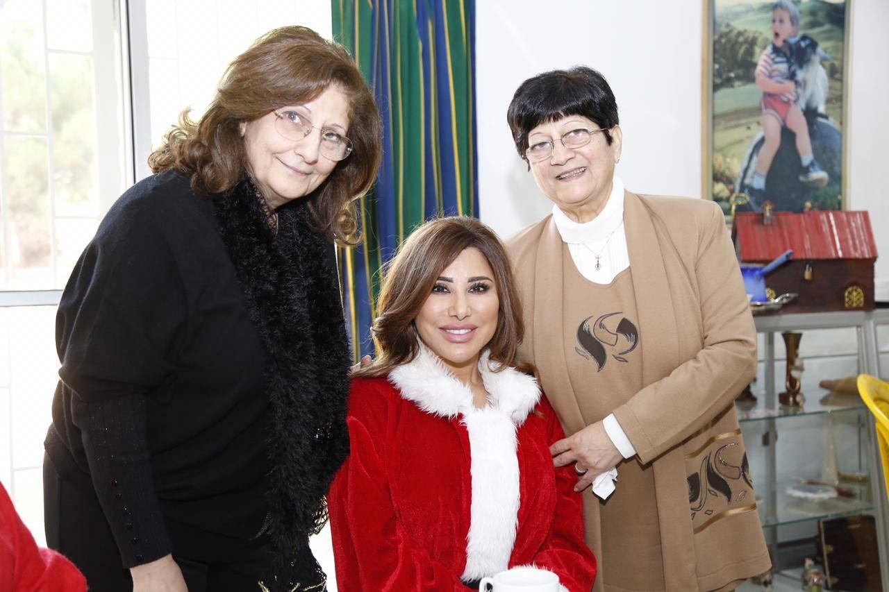 فيديو وصور نجوى كرم في زي بابا نويل توزع الهدايا على الأطفال