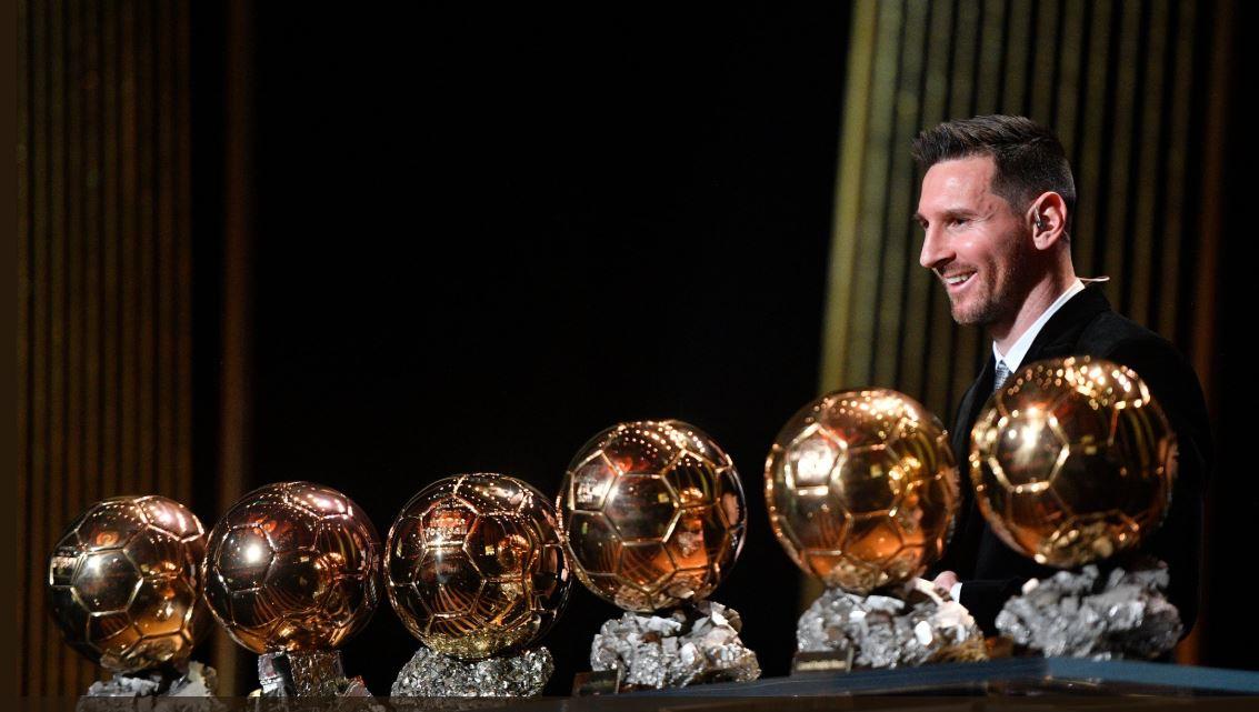 ميسي يتوج بجائزة الكرة الذهبية وصلاح خامسا