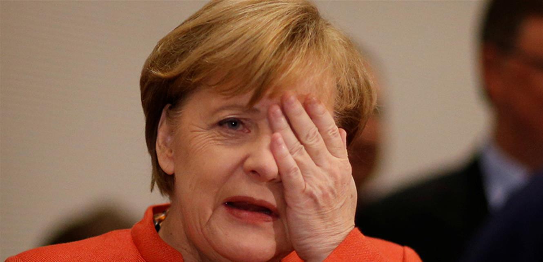 فيديو المستشارة الألمانية تفقد توازنها في فعالية رسمية