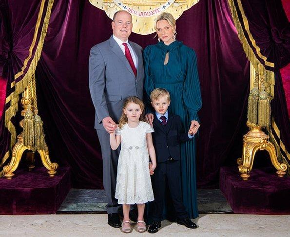 عائلة موناكو الأميرية تلتقط صورة تذكارية بمناسبة أعياد الميلاد