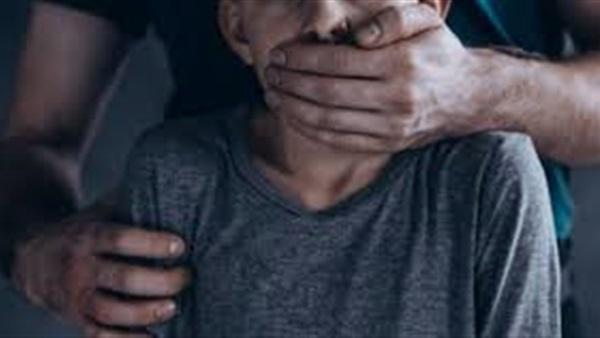 عامل يهتك عرض طفل في دبي بالإكراه