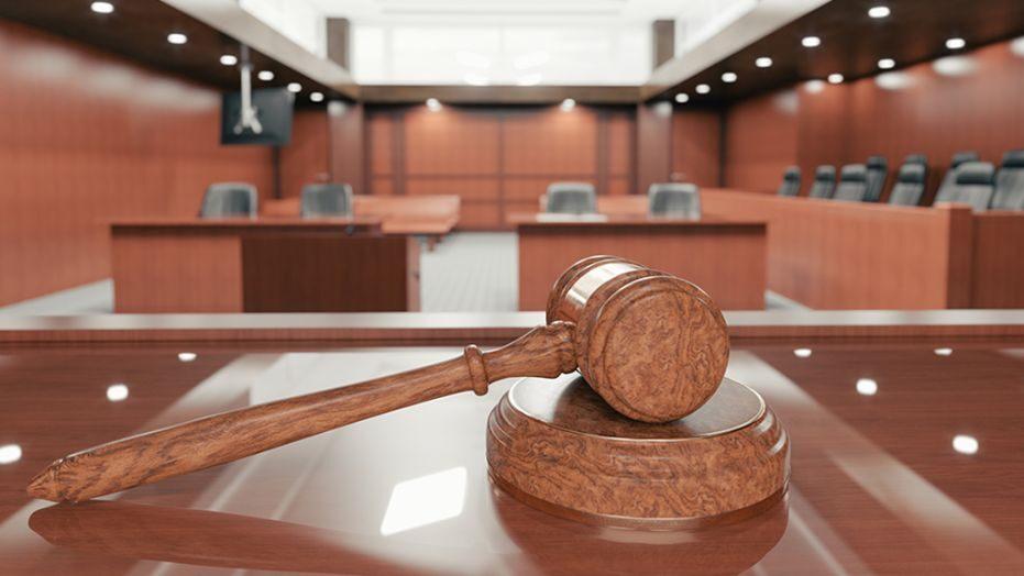 """محكمة جدة تدين موظفا عربيا بعبارة """" هاتي بوسة """""""