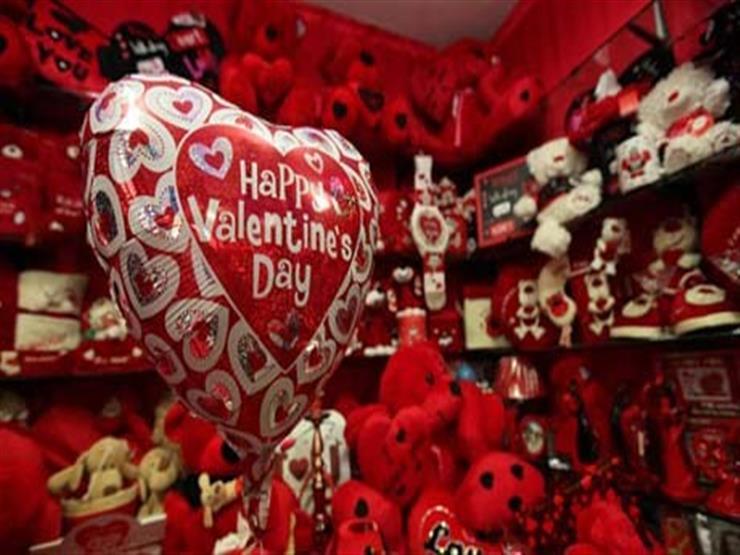 مدير شركة يقدم مفاجأة لموظفيه للاحتفال بيوم الحب
