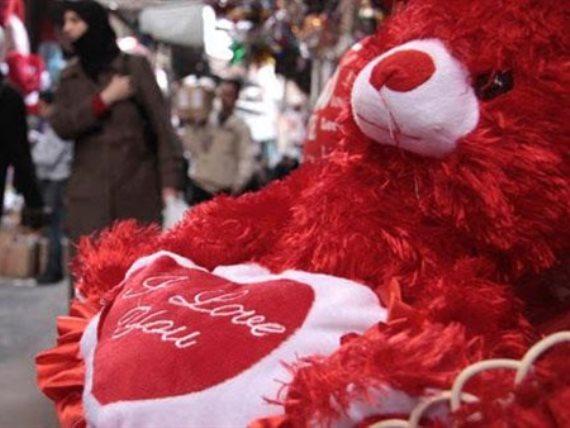 خبير بريطاني يدعو لإلغاء عيد الحب بسبب كورونا !
