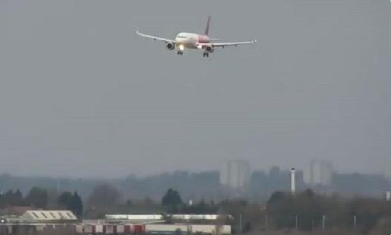 """عاصفة """" سيارا """" تتسبب في هبوط درامي لطائرة داخل مطار هيثرو"""