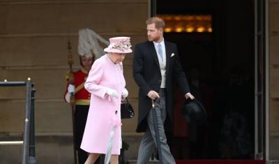 الأمير هاري يتجاوز الأعراف الملكية ويتحدى الملكة إليزابيث