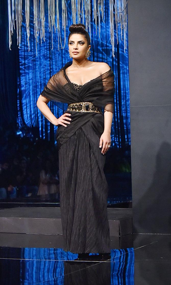 بريانكا تشوبرا تشارك في عرض أزياء